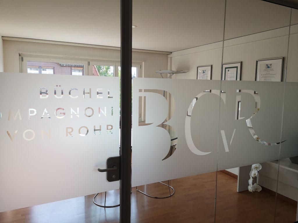 Beschriftung Besprechungsraum für Anwaltskanzlei Zürich - by 8chDesign - Schweizer Agentur für Grafikdesign
