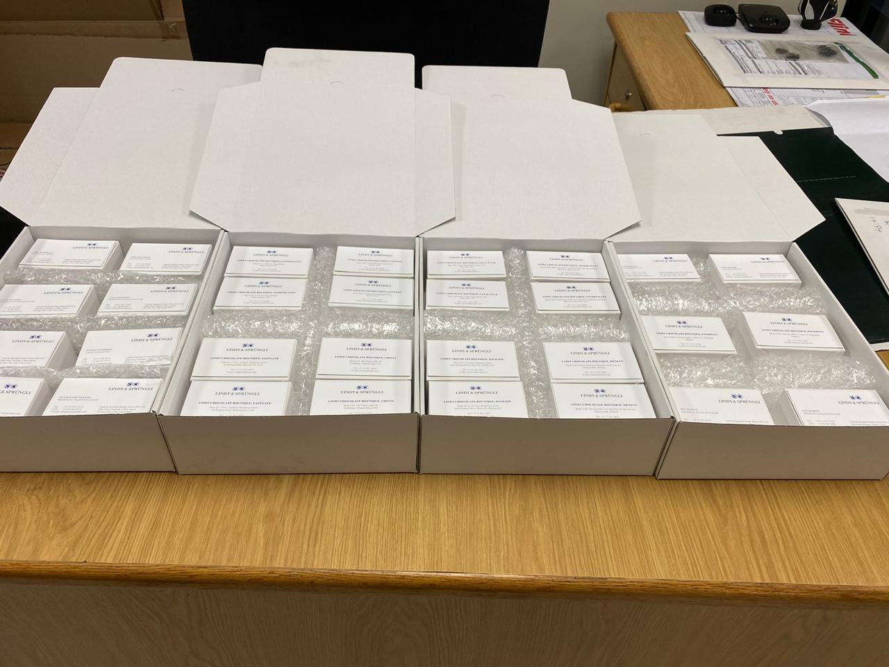 Lindt & Sprüngli Visitenkarten - sorgfältig verpackt - warten auf Auslieferung